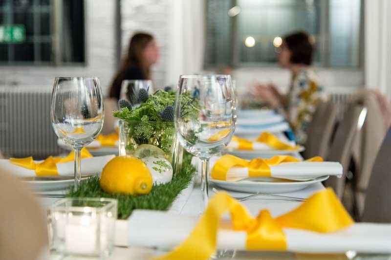 Tischdekoration in gelb mit frischen Zitronen